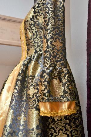 Déguisements : ici, robe vénitienne et sa crinoline