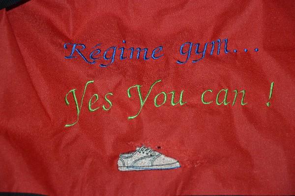 Broderies, ici sur sac de sport, mais aussi sur tee-shirts, draps de bain, essuies...